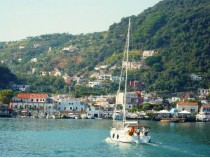 Rotondo, antico, mondano. Il porto di Ischia