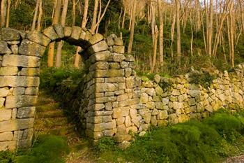Mura a secco attorno a stradine e campi. Le parracine ischitane