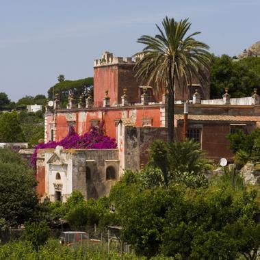I palazzi padronali di Ischia: facciate superbe e giardini segreti