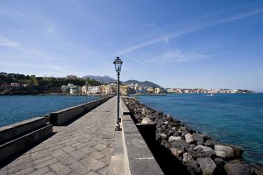 Un tuffo in cartolina! Le scogliere del Castello Aragonese di Ischia