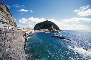 Sant'Angelo: una spiaggia esclusiva tra lusso e natura