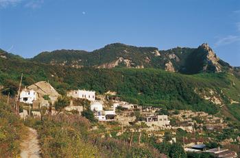 Mura a secco e case nella pietra: un villaggio nel bosco. Da Santa Maria al Monte alla Falanga